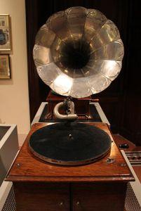 Grammofono_pathe,_modele_G,_del_1904-05,_museo_caruso_02